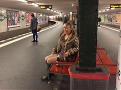 Rattige Milf Nutte in Berliner U Bahn